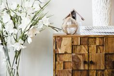 #Flowers, wood, and texture. Home #decoration #inspiration.