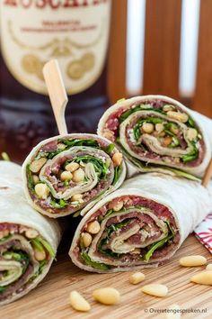 Carpaccio wraps - Vrolijk uitziende wraps met carpaccio, pesto, rucola, pijnboompitjes en Parmezaanse kaas. Staat in een handomdraai op tafel!