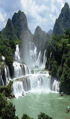Cachoeiras Ban Gioc-Detian é um nome coletivo para 2 cachoeiras no Rio Sơn (em chinês: Rio Guichun), que atravessam a fronteira internacional entre China e Vietnam; localizadas entre as colinas do condado de Daxin, província de Guangxi, e o distrito de Trung Khánh na província Cao Bang. A cachoeira cai 30 m. É dividida em 3 quedas de rochas e árvores, e o efeito estrondoso da água batendo nas falésias pode ser ouvido de longe. É a 4ª maior cachoeira ao longo de uma fronteira internacional.