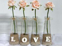 Quatro vasinhos de vidro, delicadamente decorados e cada um com uma flor (rosas creme de cetim), formando a palavra LOVE. Ideal para colocar numa prateleira, num cantinho especial de sua casa. Que tal?