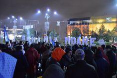"""Câteva sute de oameni au ales să-şi petreacă seara de 1 decembrie în Piaţa Victoriei, sub sloganul """"România moare""""."""