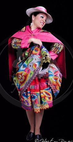 Vive un #BestDay en #Peru Traje Típico Huancayo expresan la identidad cultural de una región o período de tiempo específico mediante la vestimenta. #OjalaEstuvierasAqui Peruvian People, Costumes Around The World, Ethnic Design, Folk Costume, World Cultures, Colorful Fashion, Traditional Dresses, Fashion Pictures, Harajuku