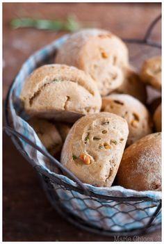 Petits pains d'épeautre à l'huile d'olive, pignons et romarin