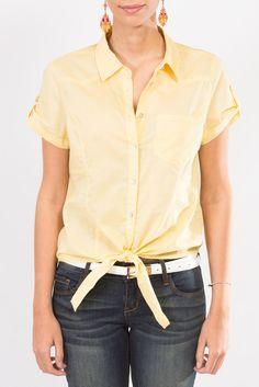 Esta blusa amarilla tipo camisa, manga corta con un toque desenfadado es perfecta para un día soleado ¿no lo crees?