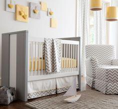 Suaves grises y pálidos amarillos que transmiten serenidad para el dormitorio de un bebé  Imagen de babybedding.com,