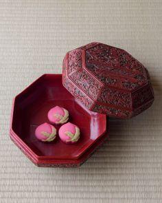 菓=仙寿/とらや(京都) 器=唐物紅花緑葉八角食籠 明時代 萬野美術館旧蔵