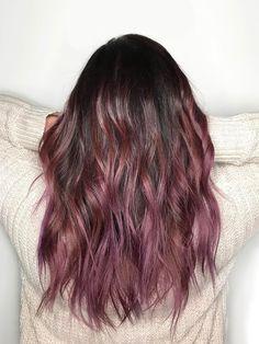"""Es bleibt bunt: Ob """"Burgundy"""" oder """"Mauve"""" - das rötliche Violette ist 2018 sehr angesagt. Hier seht ihr einen coolen Chocolate Mauve Ombré-Look von der Hair-Stylistin """"Hannah the Painter"""" - wie ihr Name schon verrät, wendet sie die Painting-Coloration an.Wie gefällt euch diese Haarfarbe? window.vn && window.vn.onInit.app.push(function(){window.vn.plugins.loadInstagram();});"""