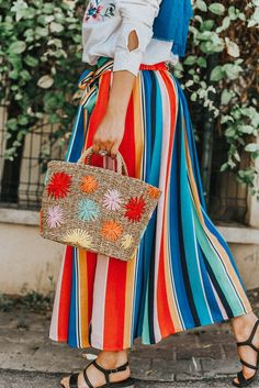 DIY Raffia Embroidered Straw Bag: Did you know you can use raffia to embroider fun designs onto a straw bag? Diy Fashion Hacks, Diy Fashion Projects, Best Beach Bag, Straw Weaving, Basket Weaving, Straw Art, Diy Fashion Accessories, Make Your Own Clothes, Summer Diy