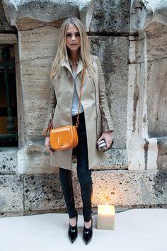 Chic street style: Cara Delevingne in a trench + black skinnies. Estilo Fashion, Look Fashion, Autumn Fashion, Fashion Shoes, Looks Chic, Casual Looks, Casual Chic, Cara Delevingne Style, Poppy Delevingne
