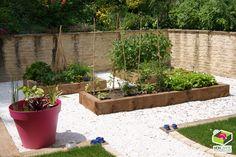 """Un jardin """"zen"""" aménagé autour de carrés potagers."""
