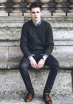 カーキ色ケーブル編みセーター×黒パンツの着こなし(メンズ) | Italy Web