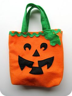 homemade by jill: simple felt trick-or-treat bags: templates and tutorial Dulceros Halloween, Halloween Sewing, Adornos Halloween, Manualidades Halloween, Halloween Trick Or Treat, Halloween Projects, Halloween Treats, Sewing Projects For Kids, Sewing For Kids