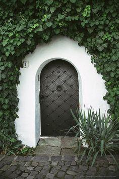 向こう側が気になる!色鮮やかでつい開けてみたくなる美しい扉いろいろ