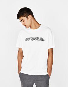T-shirt med tekst - T-Shirts - Bershka Denmark New T Shirt Design, Shirt Print Design, Shirt Designs, Cut Shirts, Boys T Shirts, Printed Shirts, Mens Fashion Sweaters, Mens Fashion Wear, Simple Shirts