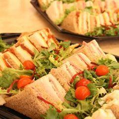 Μερικα μεζεδακια και υπεροχες εκτυπώσεις για το παιδικο παρτυ! ΜΠΟΜΠΕΣ «Ο ΒΑΣΙΛΙΑΣ ΤΟΥ ΠΑΡΤΙ» 1 πακέτο έτοιμο ψωμί για μπόμπες, ή ψωμί για τοστ brioche, ή απλά λευκό ψωμί για τοστ Απλώνουμε τις φέτες του ψωμιού πάνω στον Food Network Recipes, Cooking Recipes, The Kitchen Food Network, Outside Catering, Party Finger Foods, Street Food, Kids Meals, Party Time, Buffet
