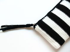 crochet clutch. Reminds me of the shoes I wanna make.