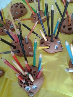 Hedgehogs--kids could 're-purpose' all of my short pencils. Classroom Crafts, Classroom Fun, Preschool Crafts, Colored Pencil Holder, Pencil Holders, Diy For Kids, Crafts For Kids, Arts And Crafts, Teaching Shapes