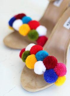 Unos pompones darán a tus viejas sandalias un nuevo aire.