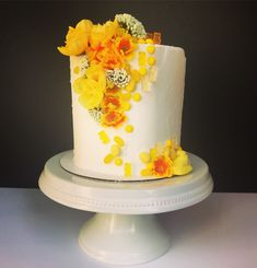 Spring has sprung 🤠 #pennylanecakes #spring #cake #springcake #yellow #partyideas #birthdaycake #weddingcake #engagement #engagementcake #photography #wedding #weddingdress #design #creative #art #ladyboss