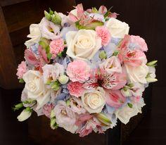 Buchet mireasa pastelat, hortensii bleu, trandafiri crem, alstroemeria, garofite280 Happy Flowers, Bridal Bouquets, Perfect Wedding, Floral Arrangements, Cake Recipes, Pastel, Weddings, Diy, Mariage