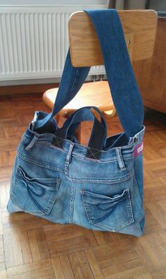 Diy Crafts - Welcome to my shop! All models that I offer to you are handmade with love and fantasy! I recycle denim jeans in these very useful, comfor Denim Backpack, Denim Tote Bags, Denim Purse, Diy Jeans, Jeans And Vans, Blue Jean Purses, Diy Clothes Accessories, Denim Ideas, Denim Crafts
