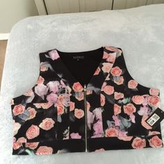 💥Floral print cropped vest💥 Super cute vest by Eloquii can be worn alone or under a jacket. Fabric is very stretchy and comfortable. 🚩BEWARE🚩Eloquii runs one size smaller. Eloquii Tops Crop Tops