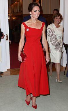 Серьги с жемчугом в стиле барокко Soru Jewellery, платье Preen by Thornton Bregazzi, туфли Hobbs
