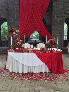 Насыщенные цвета красного: пионовидная роза, гортензия, гранат. Атмосфера ресторана дополняет цветочное оформление