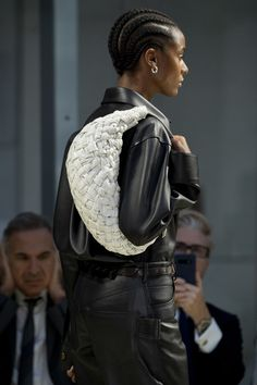 Bottega Veneta at Milan Fashion Week Spring 2020 - Details Runway Photos Fashion Games, Fashion Week, Runway Fashion, Boho Fashion, Spring Fashion, Fashion Show, Best Designer Bags, White Fashion, Bottega Veneta