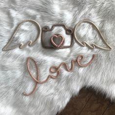 Um dia cheio de ternura pra vc ❤️ Fofura master com meu anjinho Dudu. Para de asas newborn owlaria. Tons de nude na nossa tabela de cores. Pedidos e orçamentos somente via WhatsApp 11977201566 #owlaria #tricotin #icord #rabodegato #handmade #feitoamao #love #babyboy #newborn #angel Art Fil, Yarn Wall Art, Diy Y Manualidades, Spool Knitting, Vase Crafts, Diy Birthday Decorations, Crochet Decoration, Wire Crochet, Baby Girl Princess