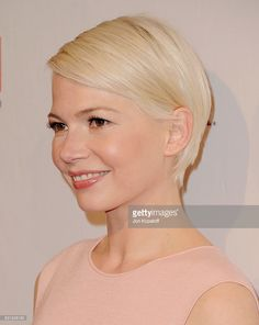 Actress Michelle Williams arrives at The BAFTA Tea Party at Four Seasons Hotel Los Angeles at Beverly Hills on January 2017 in Los Angeles, California. Short Blonde Pixie, Short Sassy Hair, Short Hair Cuts, Short Hair Styles, Party Hairstyles, Braided Hairstyles, Michelle Williams Pixie, Mom Haircuts, Pelo Pixie