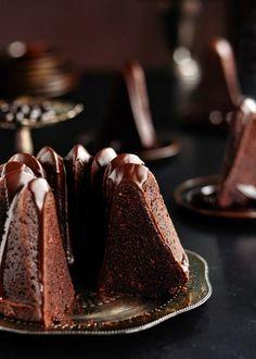 Chocolade espresso bundt cupcakes met donkere chocolade kaneel glazuur