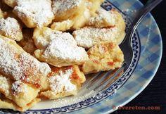Kaiserschmarren (ingrediënten: bloem, ei, vanille-extract of vanillesuiker, melk, roomboter en poedersuiker) (@ Over Eten)