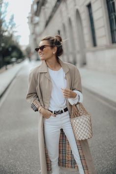 All white outfit with classic tan Burberry trench coat Fashion Mode, Trendy Fashion, Winter Fashion, Womens Fashion, Fashion Spring, Lolita Fashion, Casual Winter Outfits, Fall Outfits, Winter Outfits Women 20s