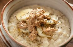 Oatmeal is nutritious, quick to prep and has endless variations. Try these new recipes to switch things up. The Oatmeal, Best Pre Workout Food, Post Workout Snacks, Pre Workout Breakfast, Make Ahead Breakfast, Savory Oatmeal Recipes, Bean And Vegetable Soup, Recovery Food, Snacks Saludables