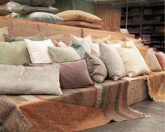 Mix en match van heel veel fluwelen kussens. Voor verkoopadressen en meer informatie www.mlfabrics.nl Velvet Cushions, Throw Pillows, Photo And Video, Bed, Fabric, Furniture, Home, Tejido, Toss Pillows