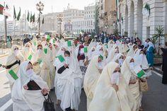 Défilé de femmes en Haïk à travers les artères d'Alger