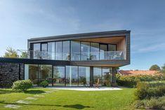 Dunkle patiniertem Zink und Glas prägen die Fassade des geräumigen Haus in Dänemark Villa U in Dänemark: A Home Gekleidet in dunklen patiniertem Zink und Glas