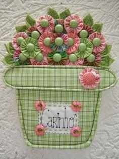 Muito bom- gosto e criatividade nesses vasinhos com flores de fuxico.                       Daqui