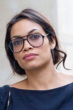 Pin for Later: 77 Stars, die Brillen rocken Rosario Dawson