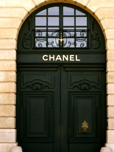 "The place to shop...""Chanel Door"", pinned by Rosanna Na, post by moimarina."