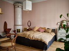 Target Home Decor Pink Bedroom in A Lovely Vintage Apartment in Stockholm - The Nordroom.Target Home Decor Pink Bedroom in A Lovely Vintage Apartment in Stockholm - The Nordroom Small Apartment Decorating, Eclectic Home, Pink Bedroom, Luxury Homes Interior, Cheap Home Decor, Home Decor, Target Home Decor, House Interior, Vintage Apartment