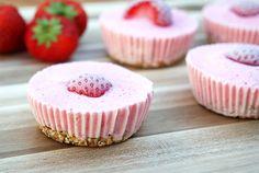 Hoe schattig zijn deze aardbei frozen yoghurt cupcakes? Je maakt ze super snel en bewaart ze daarna in de vriezer. Healthy tussendoortje of toetje!