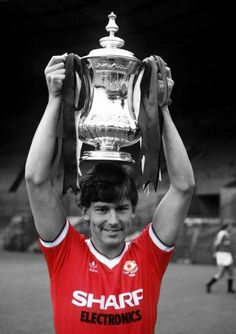 Bryan Robson with the FA Cup Manchester United Fa Cup, Bryan Robson, Bristol Rovers, Eric Cantona, Premier League Champions, Retro Football, Man United, Football Players, Football Kits