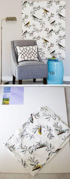 Forrar uma tela com tecido é uma forma econômica de decorar. Decore com objetos que você mesmo pode fazer