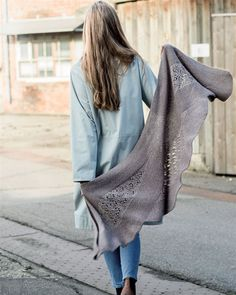 Strik selv: Sjal i asymmetriske baner - Hendes Verden,  free pattern in Danish Knitting Projects, Knitting Patterns, Lace Scarf, Knitted Shawls, Knit Or Crochet, Shawls And Wraps, Mittens, Knitwear, Blanket