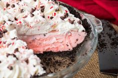 Every year, Chick-fil-A debuts its Peppermint Chocolate Chip Milkshake during the holiday season and you need it for this divine peppermint pie recipe. Just Desserts, Delicious Desserts, Dessert Recipes, Yummy Food, Pie Recipes, Layered Desserts, Yummy Yummy, Yummy Recipes, Desert Recipes