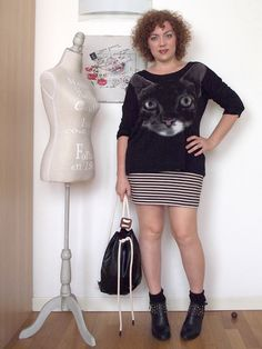 verdementa - fashion from my curvy point of view: #Outfit | un gatto, tante righe e uno zaino If Bags. - A #curvygirl, a #cat on the shirt and many #stripes. #fashion #fashionblogger #miniskirt