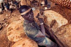 ROMA – Ogni giorno, migliaia di persone cercano la fortuna nelle miniere d'oro artigianali del Burkina Faso. Dove le condizioni di lavoro sono misere. E tanti bambini rischiano la vita.Il sole non e' ancora sorto, Jean Pierre si incammina su senti...