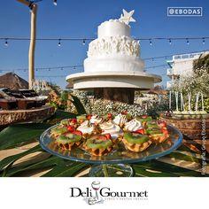En la compra de 400 petitfours y al contratar la barra de chiles para 250 personas, Deli Gourmet dará para 300 personas. #siacepto #bodasperfectas #love #wedding